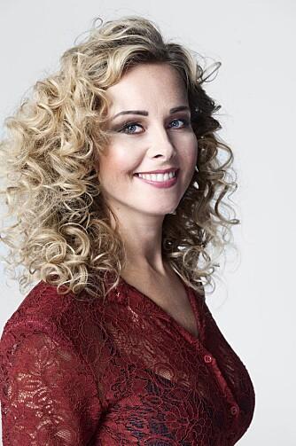 MASSE KRØLLER: Anne Mette har fått glamorøse krøller, samt sminke som fremhever øynene hennes.