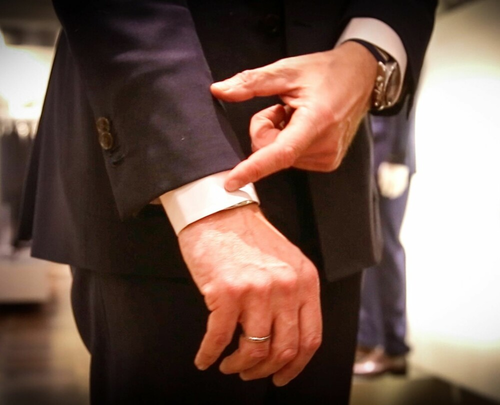 SÅ LANG DRESSJAKKE: En dressjakke skal aldri skjule hele skjorteermet. 1,5-2 cm av skjorten skal vise under jakken.
