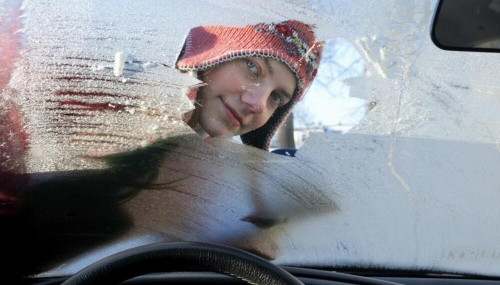 DYRT: På en travel morgen kan det være fristende å ta lett på jobben med isskrapa. Men det kan bli dyrt. FOTO: Newspress