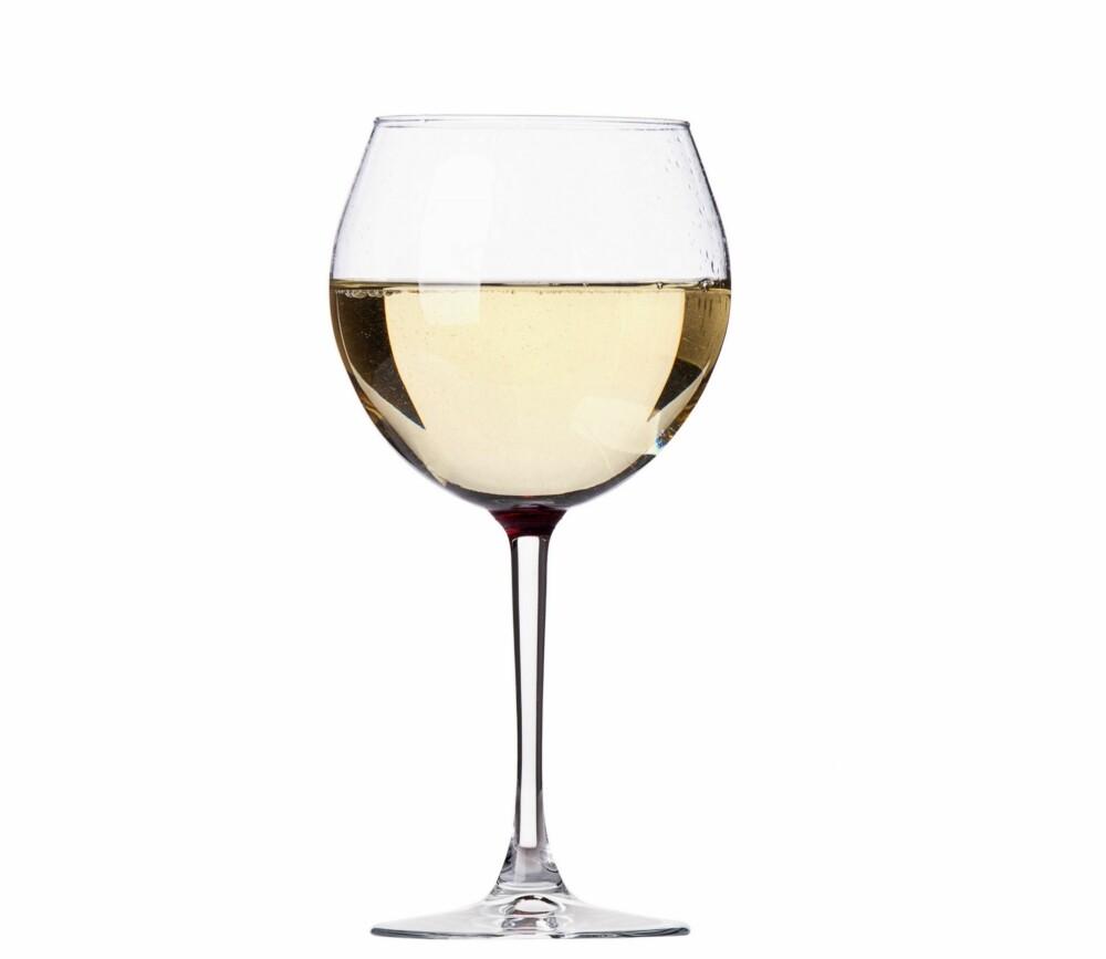 HVIT OG TØRR: - Individuelt sett, så vil noen tåle for eksempel hvitvin bedre enn rødvin, dette gjelder særlig de som sliter med hudsykdommen rosacea, forteller hudpleier og fagsjef ved Skintific.
