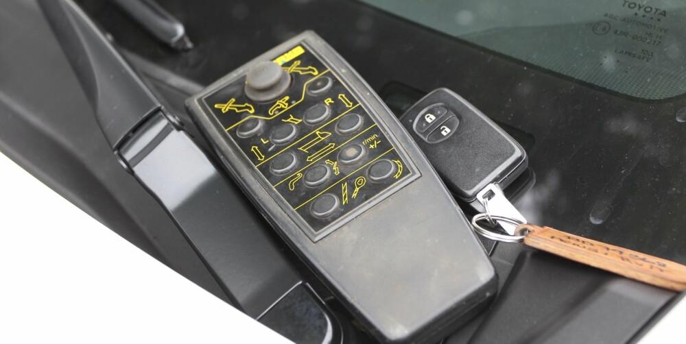 UVENNER: Fjernkontrollen på containerbilen setter Prius-nøkkelen ut av spill. Så fort fjernkontrollen slås avk, starter bilen igjen. FOTO: Petter Handeland