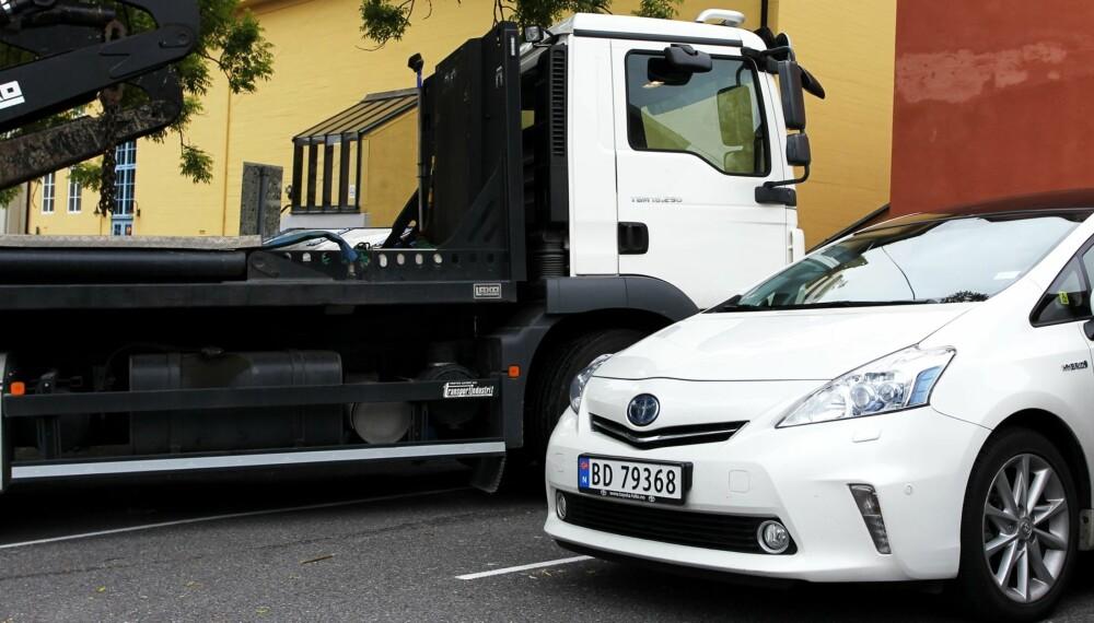 PRIUS-DÖDARE: Containerbilen, eller nærmere bestemt fjernstyringen til kransystemet, lager krøll for Prius.