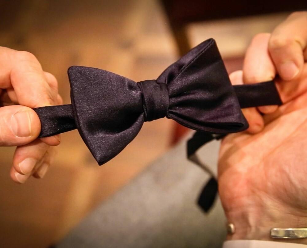 KNYTE SELV: Til smoking bør du knyte sløyfen selv, og den skal være i samme farge som smokingen.