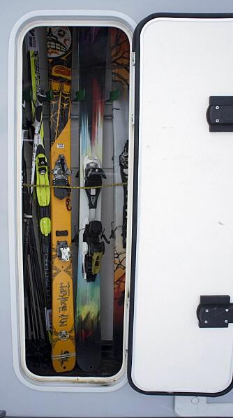SKISKAP: Bobilen har eget skap for ski, selvsagt med drenering i bunnen. Vann er ikke noe en ønsker å samle på i en bobil. FOTO: Geir Svardal