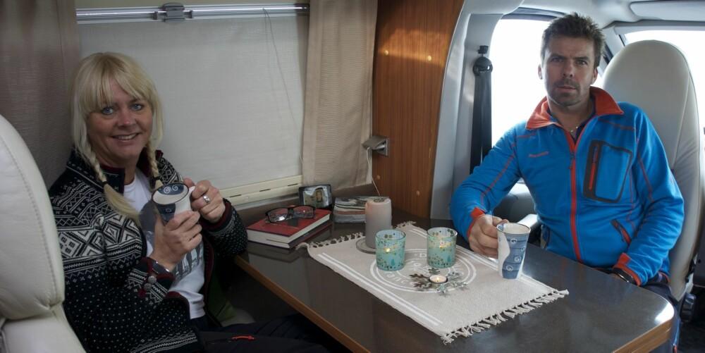 KOS: Eirin og Jan Erik trives svært godt i bobilen. Her spises de fleste måltidene, men de tar gjerne en tur på After Ski om det ikke er for langt å traske. FOTO: Geir Svardal