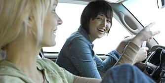 FARLIG: Prat med sidemannen kan ta mye oppmerksomhet bort fra kjøringen. Illustrasjonsfoto: Colourbox.no