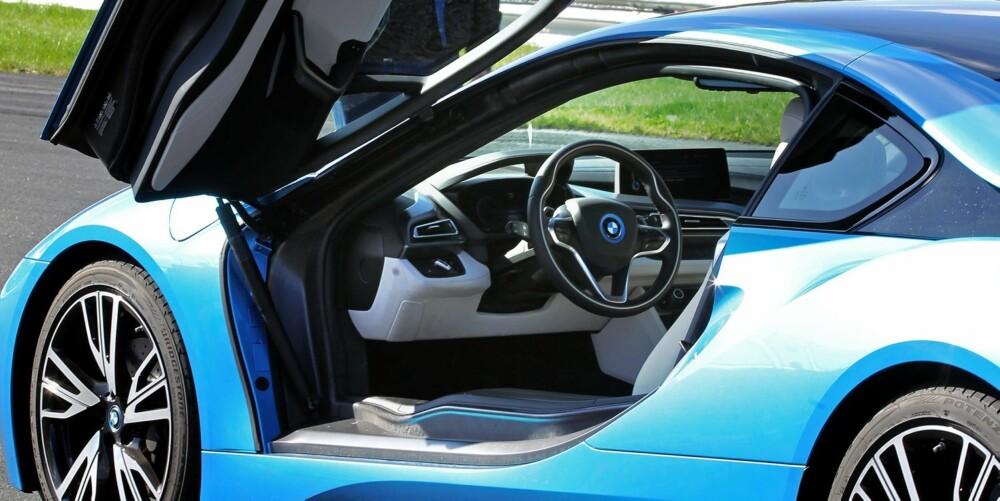 LEKRE LINJER: Det er ingen tvil om at i8 ser ut som en eksotisk supersportsbil. Dørene sender tankene rett til Lamborghini Diablo.