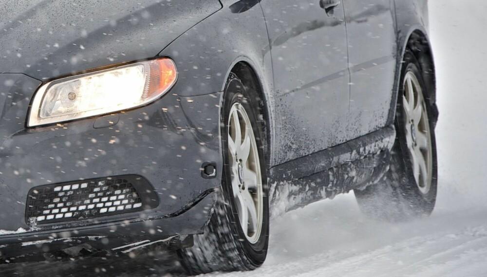 KOMPROMISS: Et bildekk er alltid et kompromiss av ulike egenskaper, og vinterdekk er et enda større kompromiss enn sommerdekk. Såkalte kontinentale vinterdekk er dårligere enn nordiske vinterdekk på ekte vinterføre, men bedre på det som det også er mye av: våt asfalt. FOTO: Continental