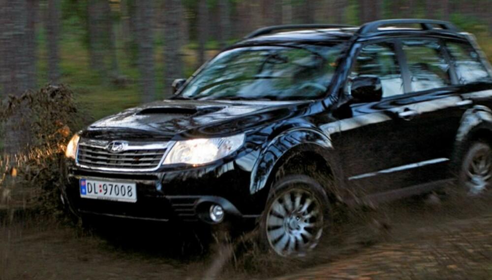 TAR SEG FREM: Subaru Forester fortsatt et system som trekker permanent på alle fire hjul. Det gjør bilen mer forutsigbar å kjøre på glatt føre. Sammen med den solide bakkeklaringen på 21,5 centimeter er dermed Subaru Forester en av SUV/crossover-modellene som fortsatt klarer ordentlig dårlig veiforhold. FOTO: HM Arkiv