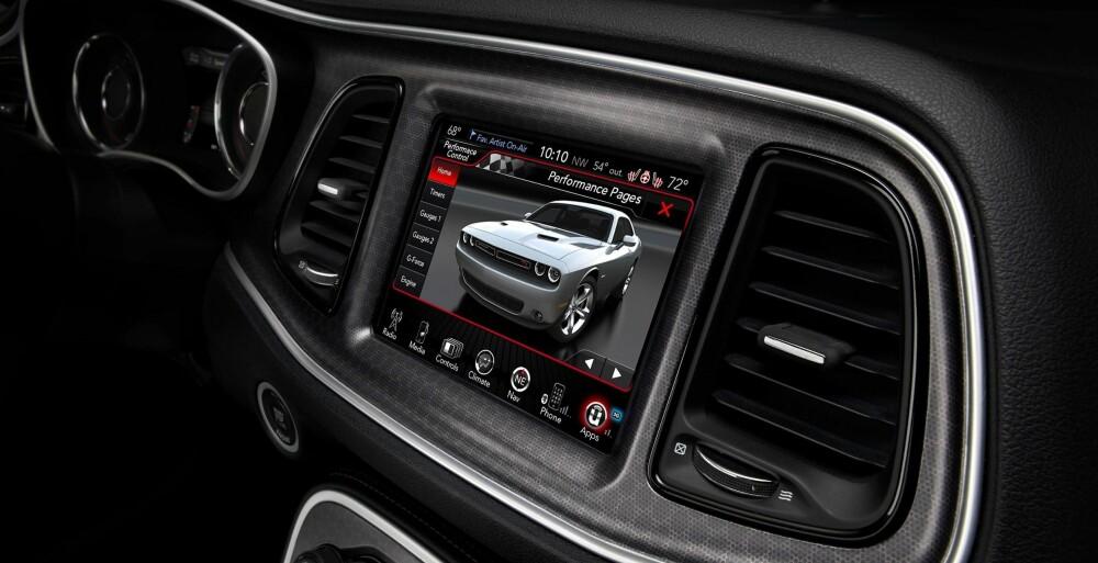 Interiøret viser at Dodge Challenger er blitt en moderne muskelbil. Den har blant annet 8,4-tommers touchscreen. FOTO: Produsent