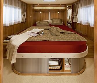 QUEENS BED: Blir stadig mer populært. Her kan man klatre ut av sengen på hver sin side, og disponere hvert sitt garderobeskap. FOTO: Dethleffs