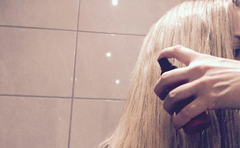 VARMEBESKYTTER: Det aller første du bør gjøre før du bruker stylingjern, er å påføre et varmebeskyttende produkt i håret.