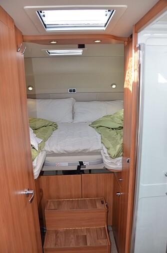 FINT: En seng, en trapp og et par smale skyvedører er alt man trenger.