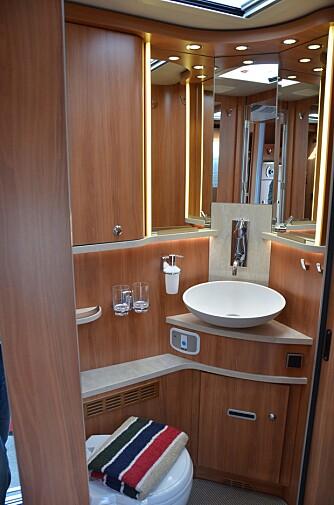 MASSE PLASS: Toalettet har rikelig med hyller og oppbevaringsplass, samt mange lamper.