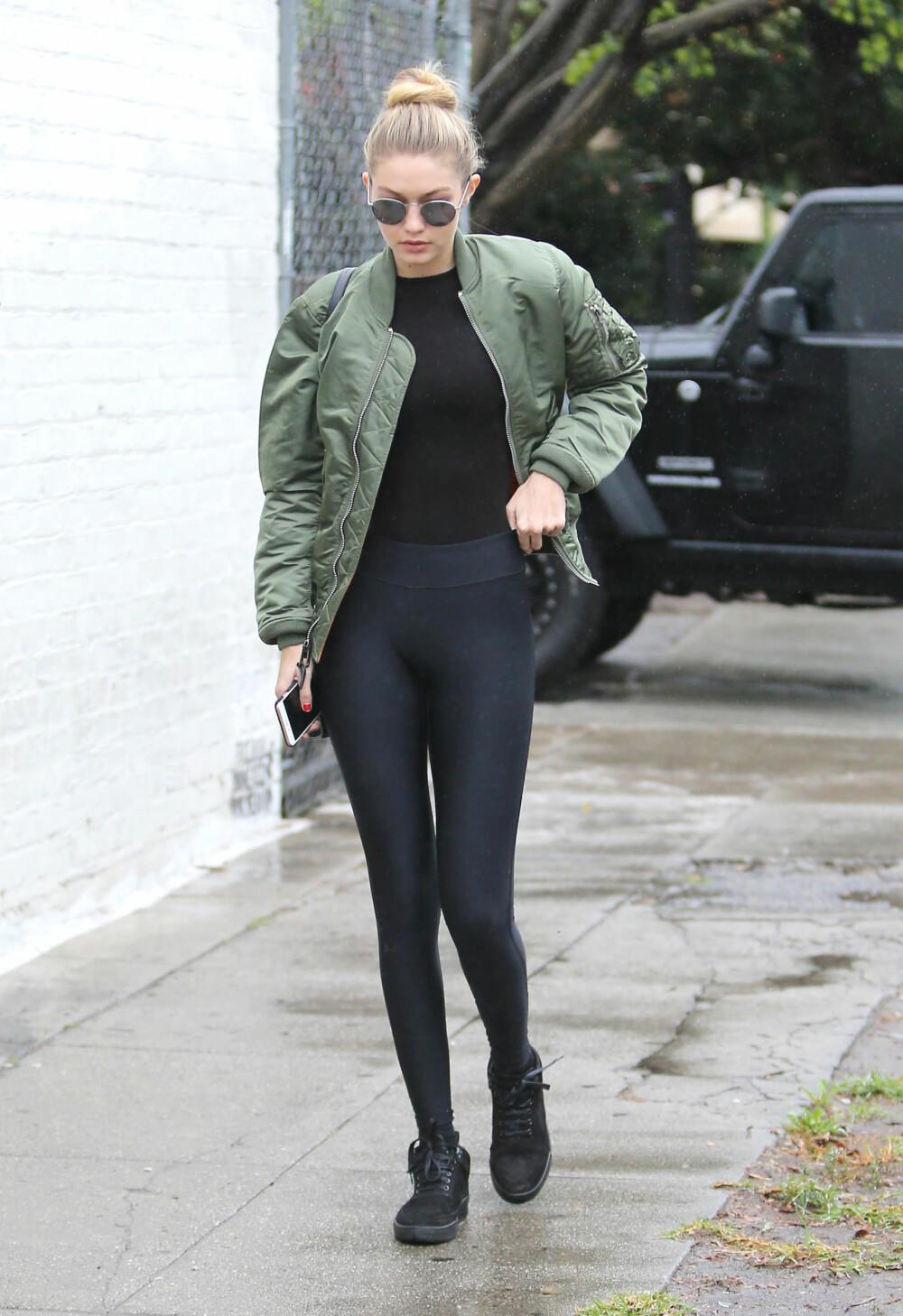 BOMBERJAKKE: Modell Gigi Hadid har allerede lagt sin elsk på bomberjakka.