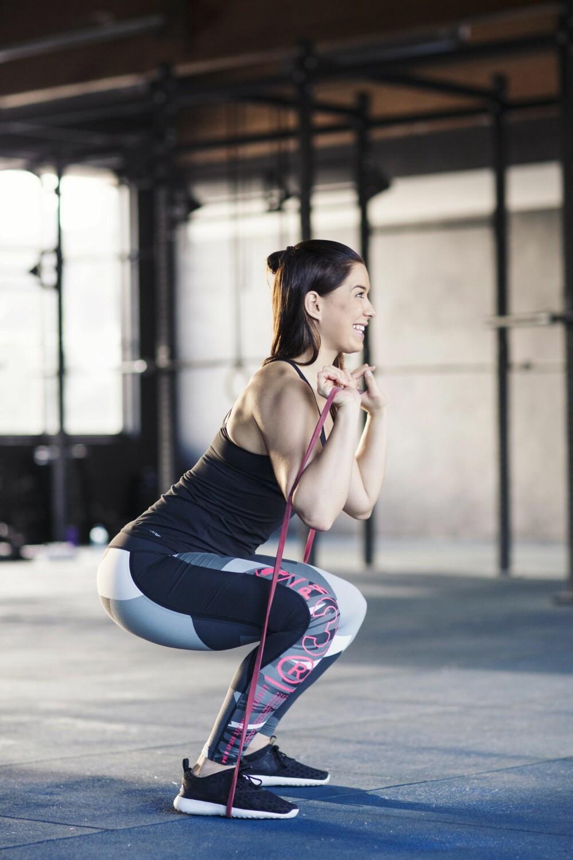 Pass på at ryggen ikke krummes, men holdes rett og fin. Tyngden skal være på hælene.