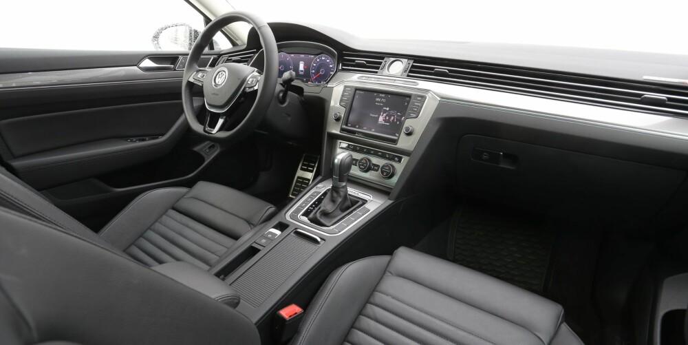 BEST HITTIL: Kvalitetsfølelsen i testbilen er den beste vi har fått i Passat. Det moderne instrumentbordet og den store betjeningsskjermen gir god brukervennlighet.