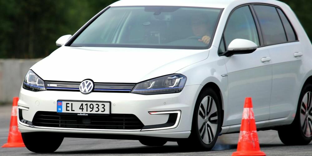 KREVENDE: VW e-Golf veier mer enn en vanlig Golf, og har derfor fått spesialtilpasset understell. I kjøreøvelsene på lukket bane, som skal simulere en kritisk situasjon, må den likevel gi deg litt vel tidlig. Grunnen er lettrullende, men glatte eco-dekk. FOTO: Terje Bjørnsen