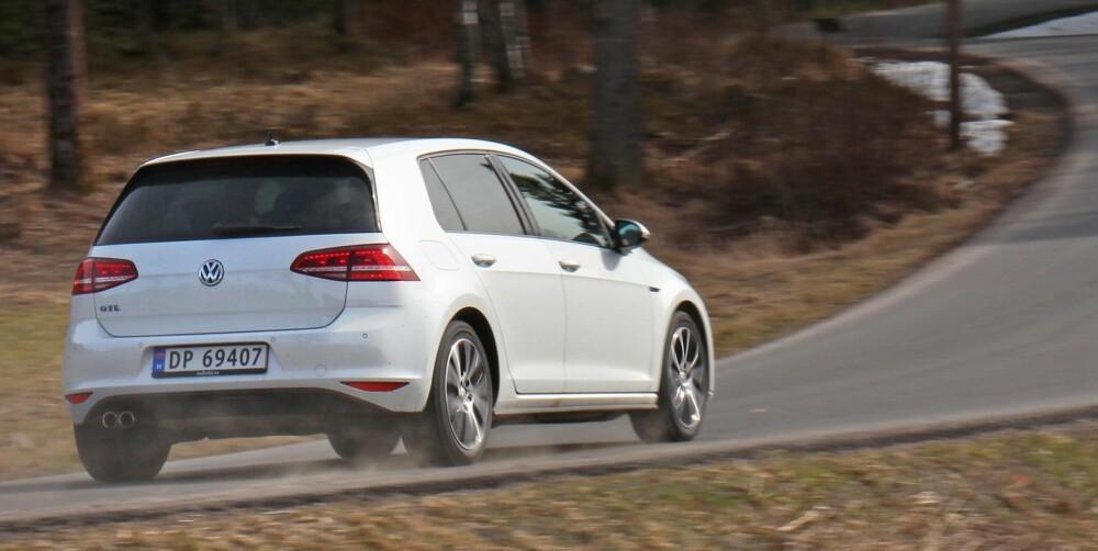 KJØRER BRA: Golf GTE er en velkjørende og artig bil, men den ekstra vekten (300 kg) gjør at den ikke føles like lettbeint som en vanlig Golf. Spesielt ikke med myke vinterdekk på tørr asfalt.
