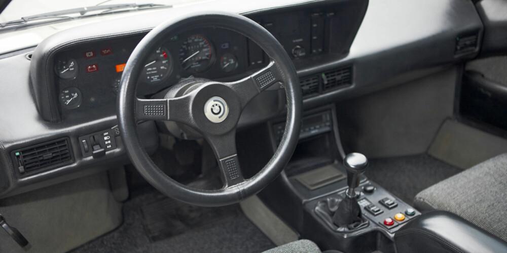 """REN NYTELSE: """"Interiøret er like rent og enkelt som resten av bilen. Det er ingenting her som forstyrrer. Det handler om ratt, pedaler, girspak og noen få viktige instrumenter."""""""