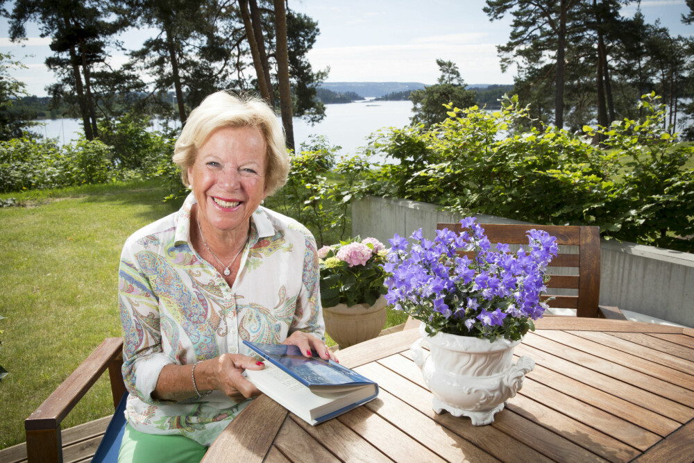 FLOTT UTSIKT: Grete Roede nyter livet og sommeren. For to år siden solgte hun villaen sin på Nesøya og flyttet inn i en moderne leilighet med hage og sjøutsikt på Høvik i Bærum.
