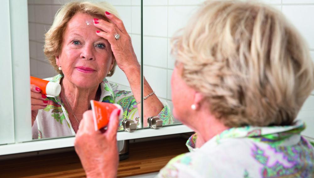 HØY FAKTOR: Solfaktor 50 må til for å beskytte Grete Roedes solskadede hud mot de deilige, men farlige solstrålene som hun er så glad i. Et liv i skyggen er utenkelig for slankedronningen.