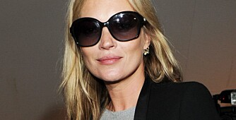 OVERSIZED: Kate Moss går for store, svarte solbriller.