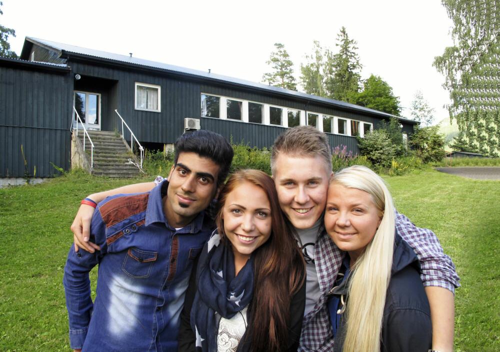 VENNER FOR LIVET: Hussein og de tre som reddet livet hans (f.v.): Janne Hovland, Herman Heggertveit og Stine Brandvik. Her er de gjenforent på Utøya ett år etter massakren. Bak ses trappen der Hussein sto da han oppdaget Breivik, og kafébygget der han ble skutt tre ganger.