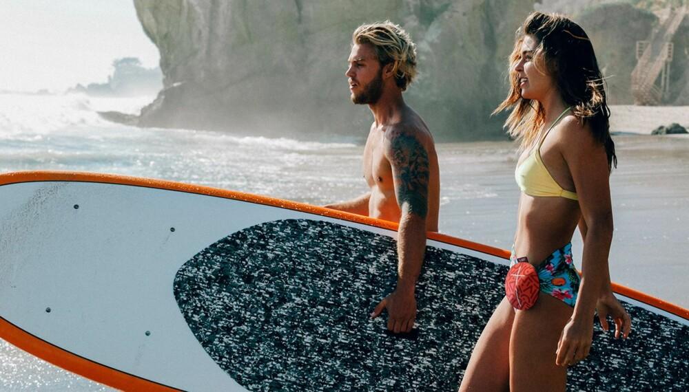LYD PÅ TUR: Logitech legger opp til at du skal ta med deg lyden over alt. Her festet på en surfer.