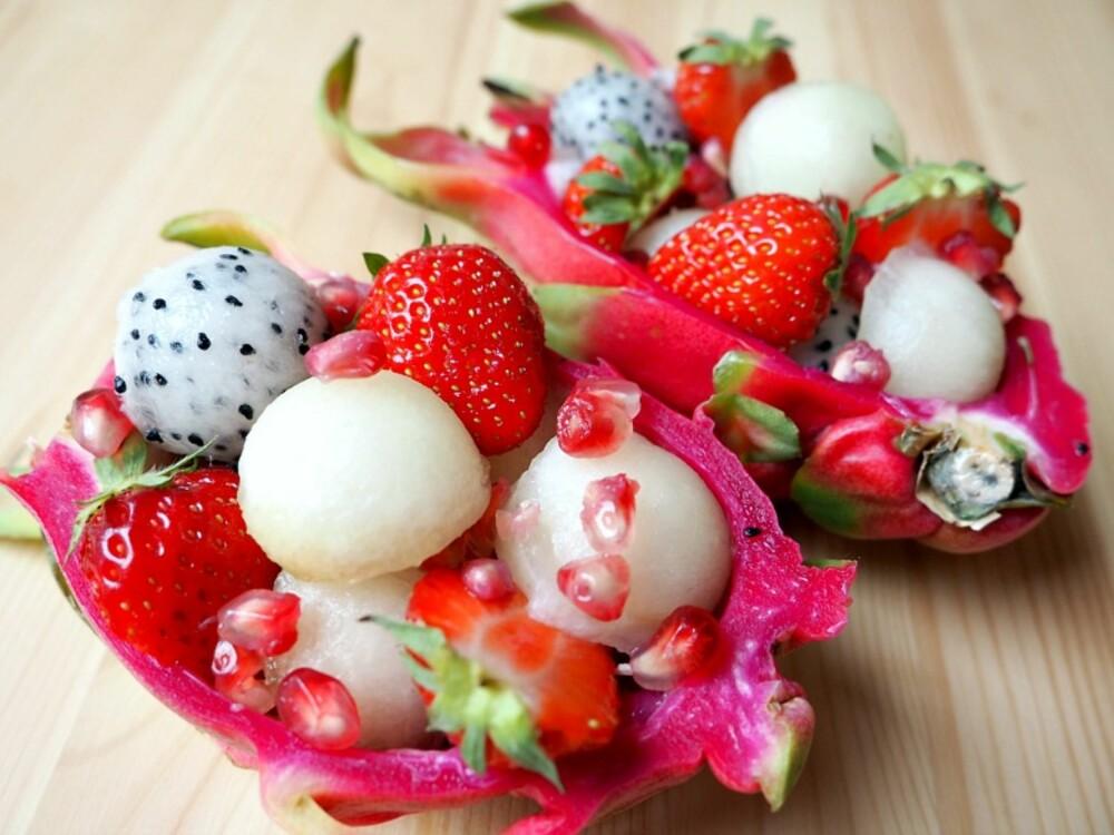SUNN SNACKS: Pitahaya-frukt fylt med melon, jordbær og granateple. Smaker himmelsk!