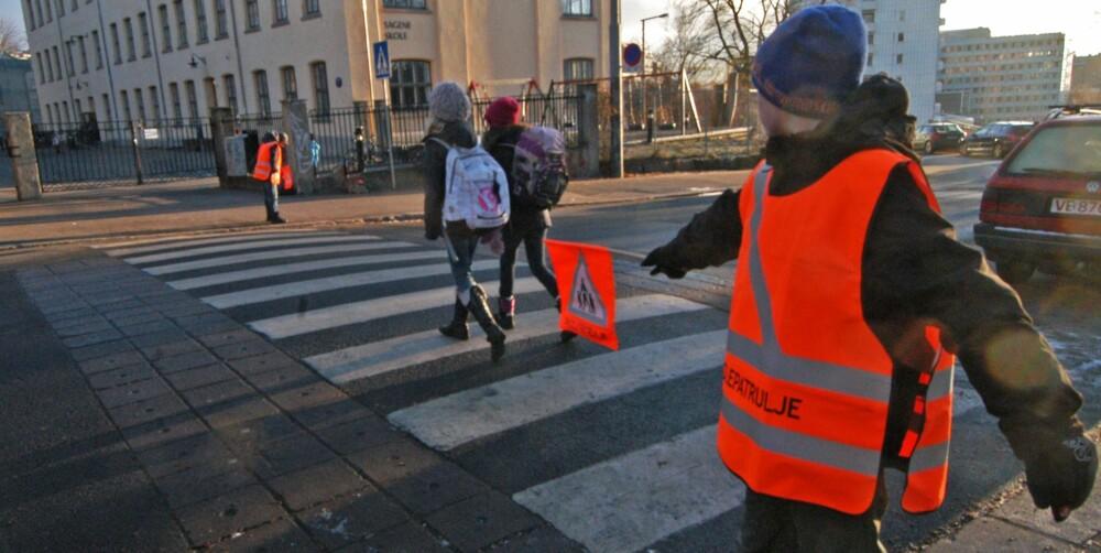 STOPP: Når flagget er ute, er det ingen tvil: Da skal bilister stoppe. FOTO: Trygg Trafikk