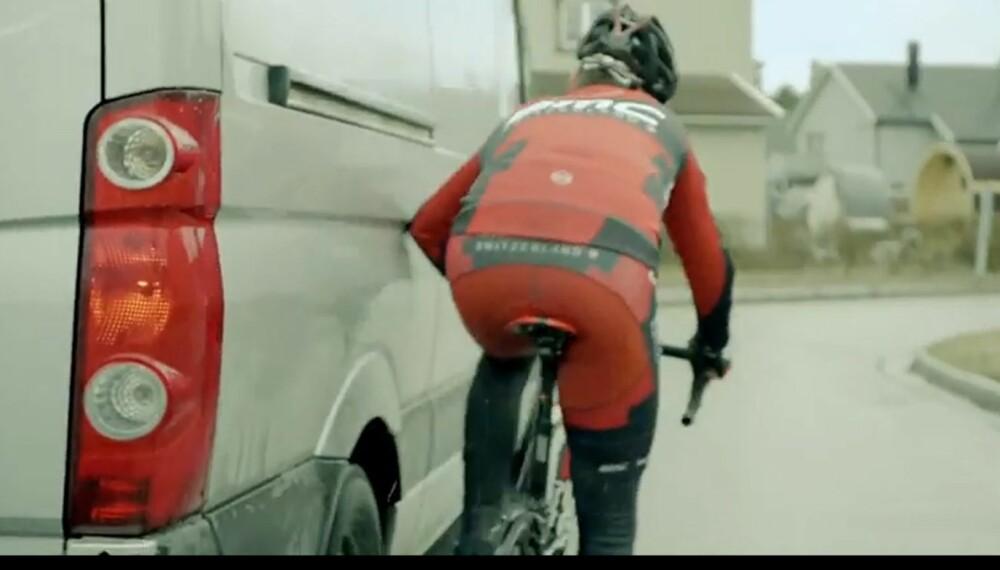 AMPERT: Samspillskampanjen Del veien, skal bidra til å dempe den tidvis ampre stemningen mellom syklister og bilister. (Bildet er fra kampanjen Del veien) FOTO: Statens vegvesen)