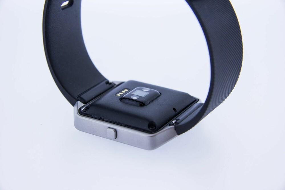 OPTISK: Pulsmåleren på Fitbit Blaze er en optisk leser som klarer å måler hvor raskt pulsen din slår. Den gjør en ok jobb, men den er ikke like nøyaktig som målinger du får med et godt pulsbelte.