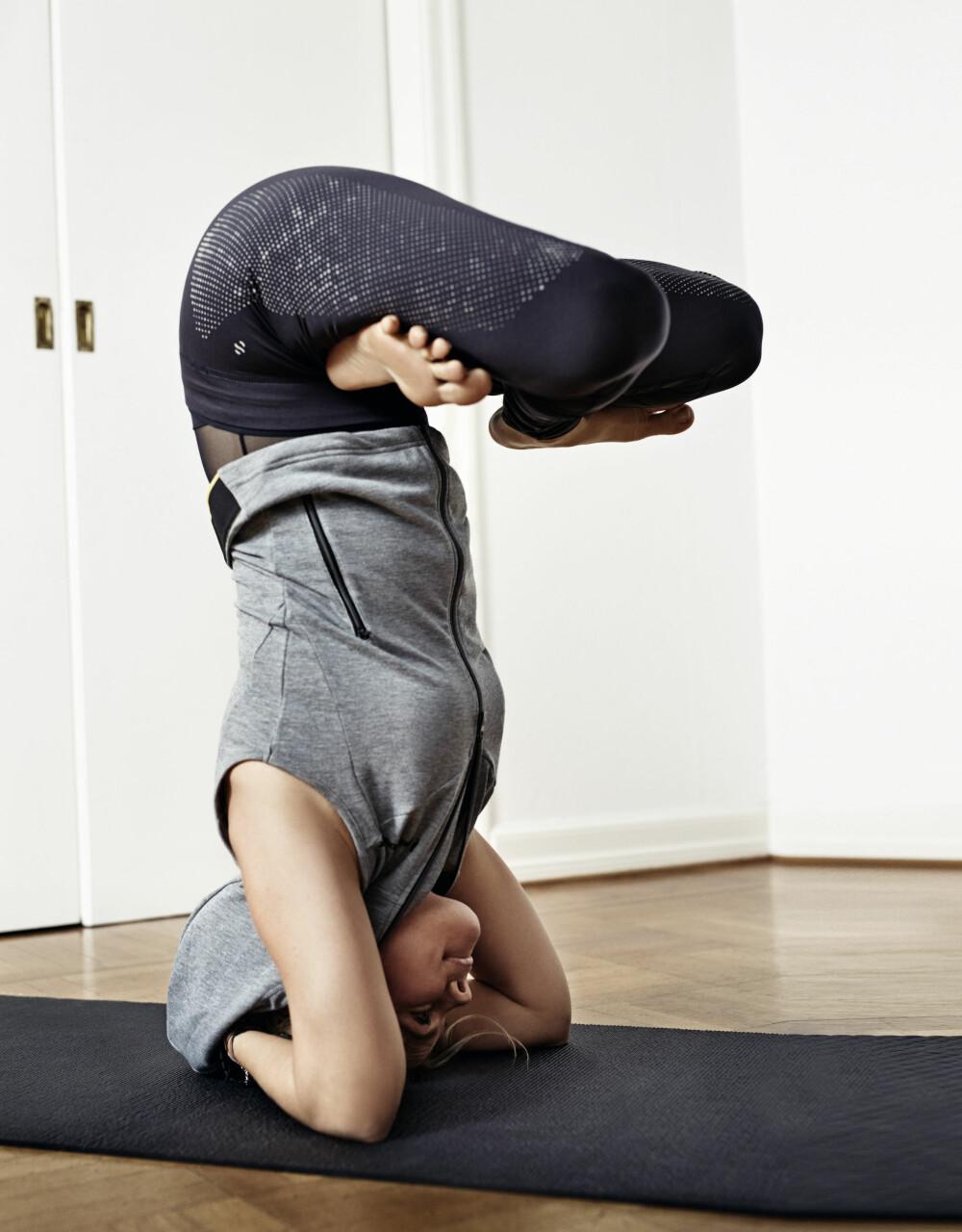 SIRSASANA: Hettejakke fra Peak Performance, kr 1100. Body fra Lindex, kr 299. Tights fra H&M, kr 399. Yogamatte fra Nike, kr 549. Yogaruller fra Casall, kr 499.