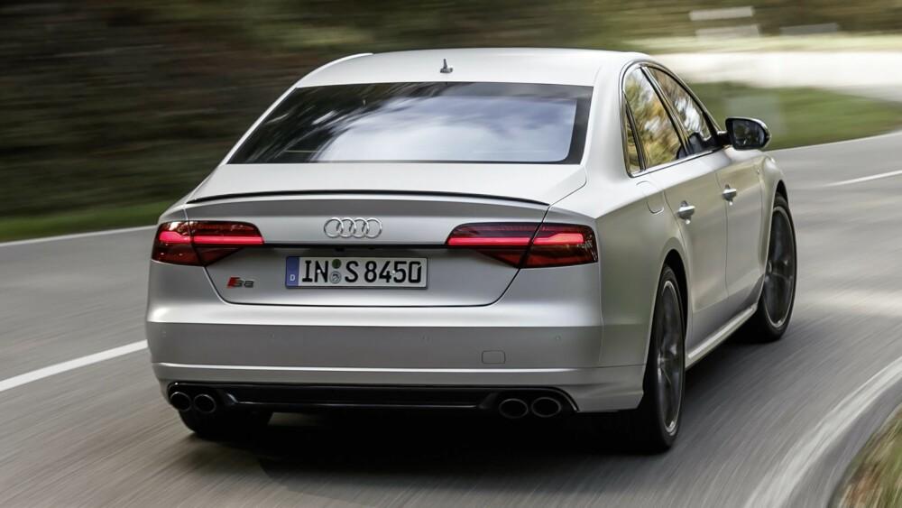 KARBON: Designen til S8 plus skiller den noe fra en vanlig Audi S8. Detaljer som spoileren på bakluken, bladene på frontspoileren og luftinntakene og speilhusene, kan leveres i karbon.