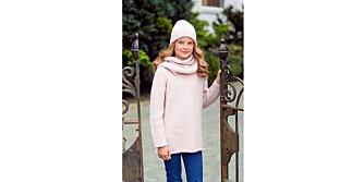 TREDELT: Lue, hals og genser i deilig myk ull. Strikk en jentefavoritt denne høsten!