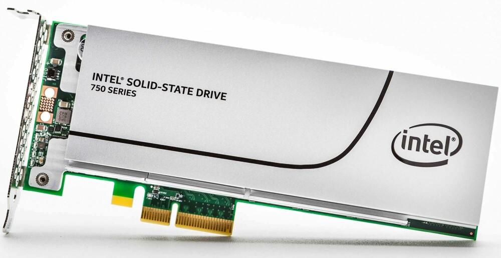 PLASSKREVENDE: INTELS 750 PCIe-kort tar mye plass i maskinen, og okkuperer en PCIe-port. 400 GB-modellen går for rundt 4100 kroner.