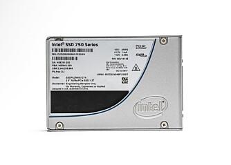 KJENT FORMFAKTOR: Intels egen U.2-løsning gir deg fordelene med M.2 kombinert med formfaktoren til en vanlig SATA-SSD.