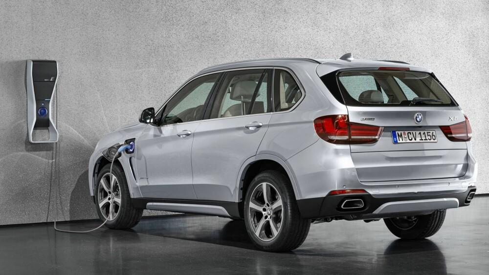 SLIK ER LADBARE X5: Drivlinjen med navnet eDrive, består av en firesylindret bensinmotor med BMW Twinpower Turboteknologi og en synkron elektrisk motor som samlet yter 313 hestekrefter. Drivstoff-forbruket er oppgitt til 0,33l /mil med et CO2-utslipp på 77 g/km. Bilen klarer 0 til 100 km/t på 6,8 sekunder. Laveffektversjonen har samme forbruk og utslipp, 279 hestekrefter og gjør 0 til 100 km/t på 7,5 sekunder. FOTO: BMW