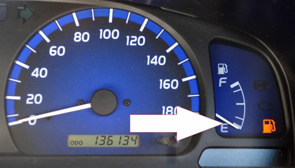 TOM TANK: Ekspertene råder deg til å tanke opp før drivstoffindikatoren begynner å lyse. FOTO: Colourbox