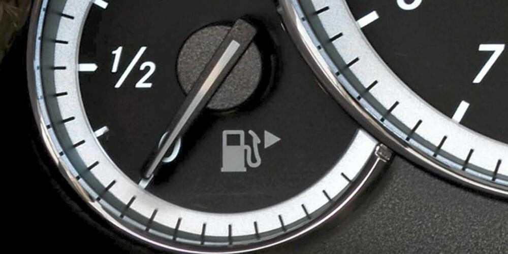 TOM TANK: - For å vite hvor mye drivstoff som er igjen på tanken når lampen lyser, må du se i manualen. De fleste varsler ved fem eller ti liter, sier Bergerud. FOTO: Daimler AG