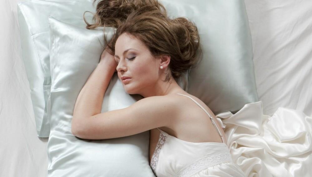 BEDRE FOR HUD OG HÅR: Putetrekk i silke har flere fordeler for både hud og hår.