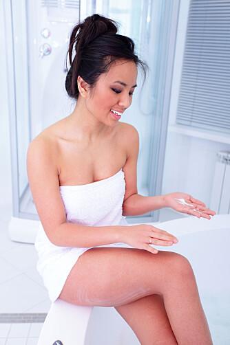 VIKTIG: Tre minutter etter dusjing og vasking av huden mister fuktighetskremen mye av sin penetrasjonsevne. Rekker du ikke å smøre deg etter tre minutter, skyll en gang til! Foto: Colourbox