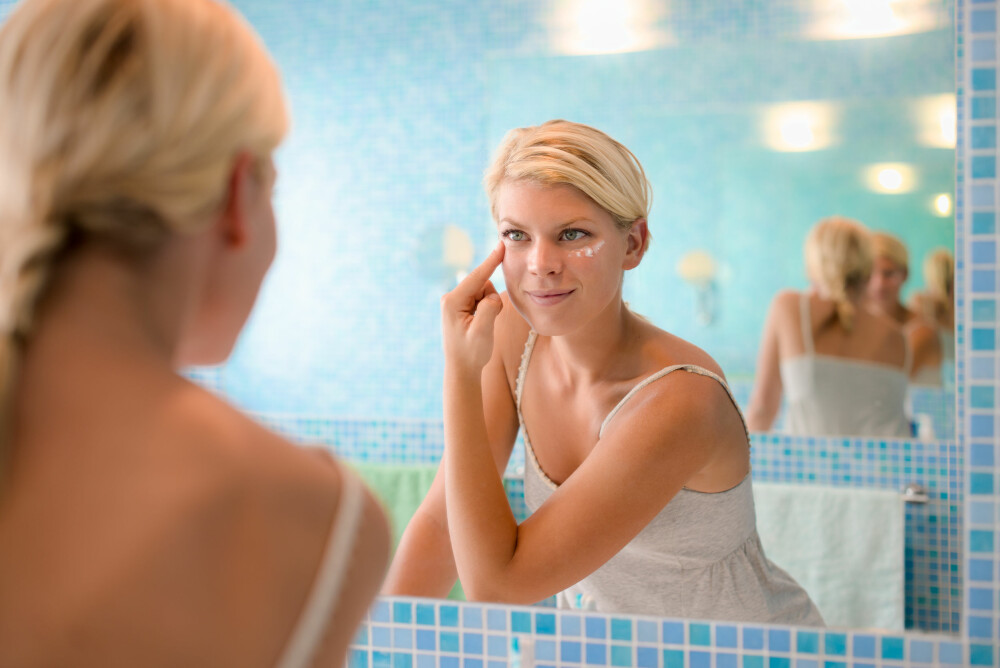 IKKE VENT: Venter du med å smøre deg til huden er helt tørr, vil fuktighetskremen ha større vanskeligheter med å trenge inn i huden med sine pleiende stoffer. Foto: Colourbox