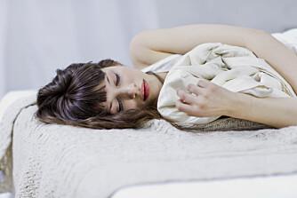 SØVNPROBLEMER?: Kanskje du har vaner som er årsaken til at du sover dårlig? Ifølge sykepleier og holistisk biomedisiner Malene Rossil, er et veldig godt råd å ikke ha mobilen oppi senga - blant annet på grunn av kunstig lys.