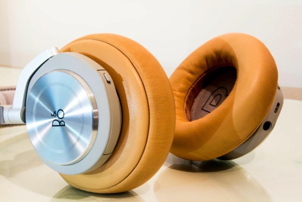 BATTERI: Bak luken på venstre øreklokke finner du batteriet som lett kan byttes ut. Øreklokken har tydelig merking for høyre/venstre inne i selve klokken.