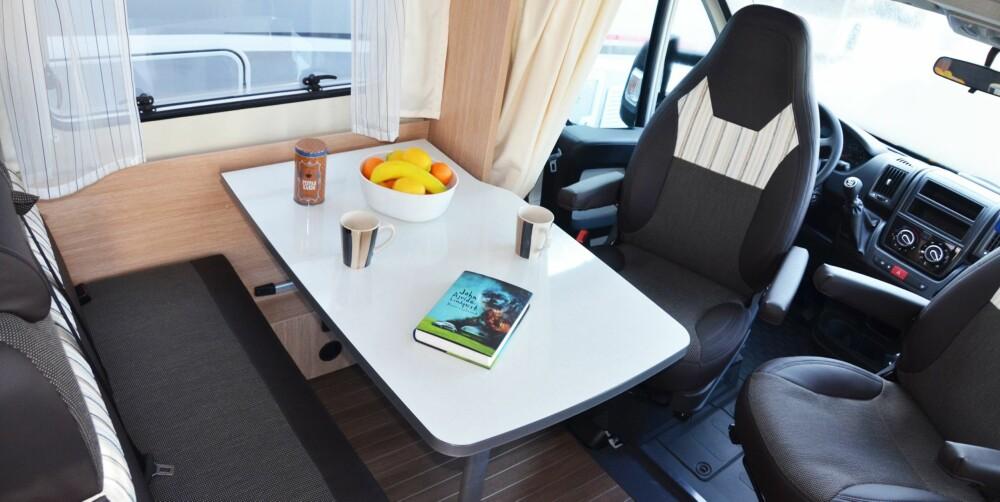 BRA PLASS: Seks personer får plass i sittegruppen (inkl. den langsgående sofaen). Bra for en mellomstor bobil.