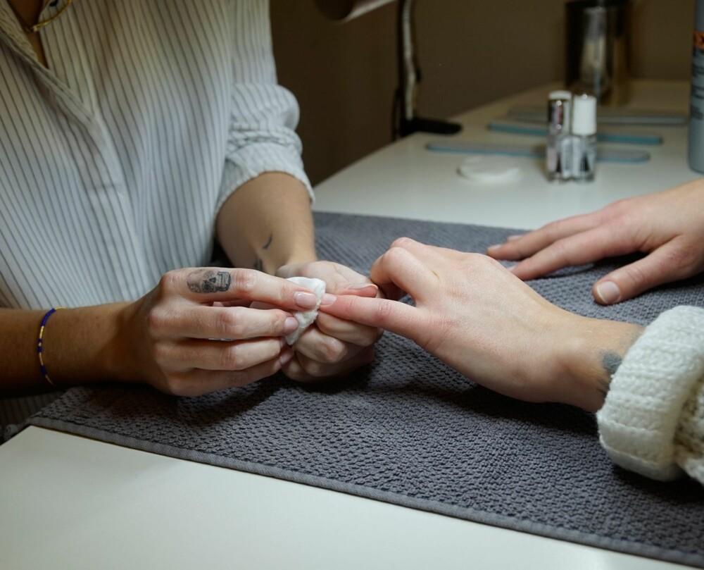 KLARGJØR NEGLENE FØRST: Neglene skal være rene og fri for fett og såpe, så rens neglene med en lakkfjerner før du legger lakken.