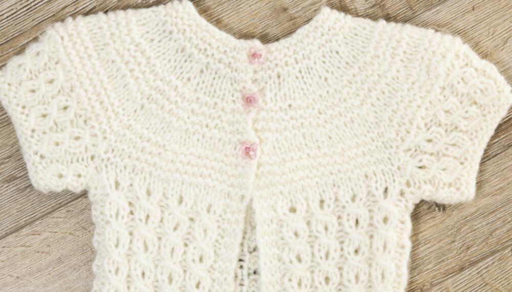 KORT JAKKE: Denne søte jakken kan hun ha både over julekjolen og sommerkjolen.