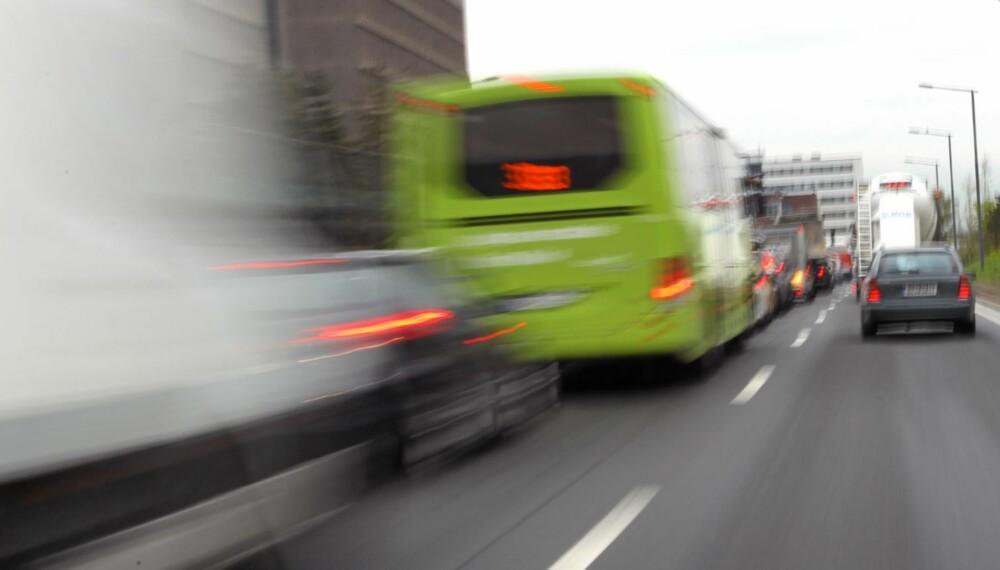 - Det mest effektive er at trafikantene bruker begge felt, følger på og fletter sammen ved et klart definert punkt.